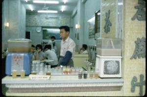 昔日香港的涼茶舖,真的叨著口煙沖茶給你的