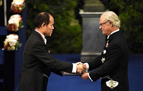 中村修二從瑞典國王Carl XVI Gustaf接過諾貝爾獎 (圖片來自https://www.nobelprize.org)